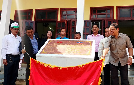 Leaders of Nam Giang and Dak Chung districts at the hand-over ceremony of the boarding house.