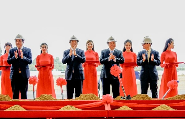 Vietnam's Prime Minister takes part in the groundbreaking ceremony for THACO's new wharf.
