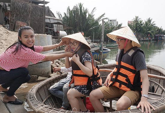 Nguyen Thi Nhu Ly (left) and her customers.