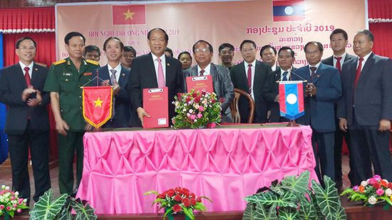 Leaders of Quang Nam and Sekong at the conference.