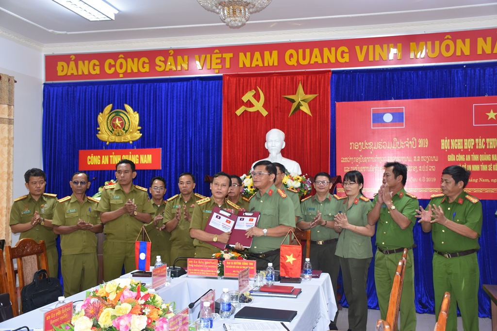 Leaders of Quang Nam and Sekong police at the MoU signing ceremony