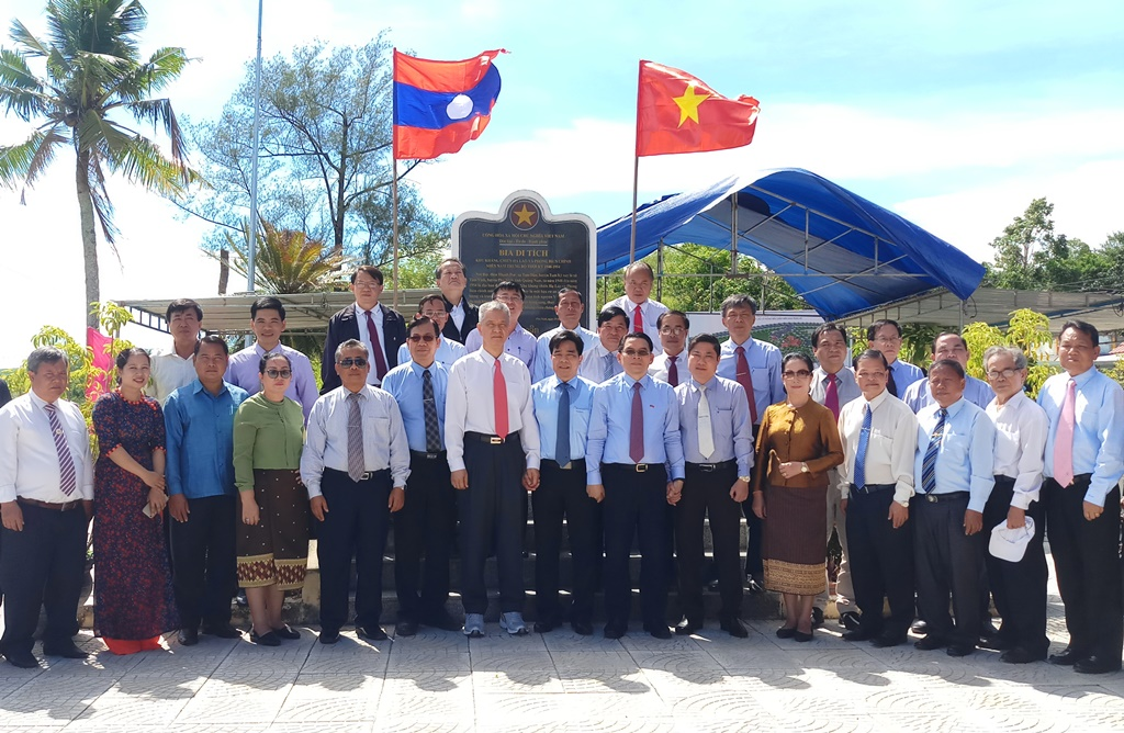 The delegation from the Central Laos-Vietnam Friendship and Quang Nam leaders at the LLRS