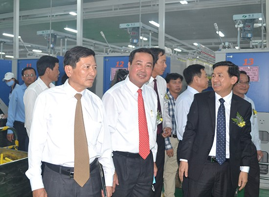 Provincial leaders visit Hoa Tho Textile-Garment JSC in Thang Binh district
