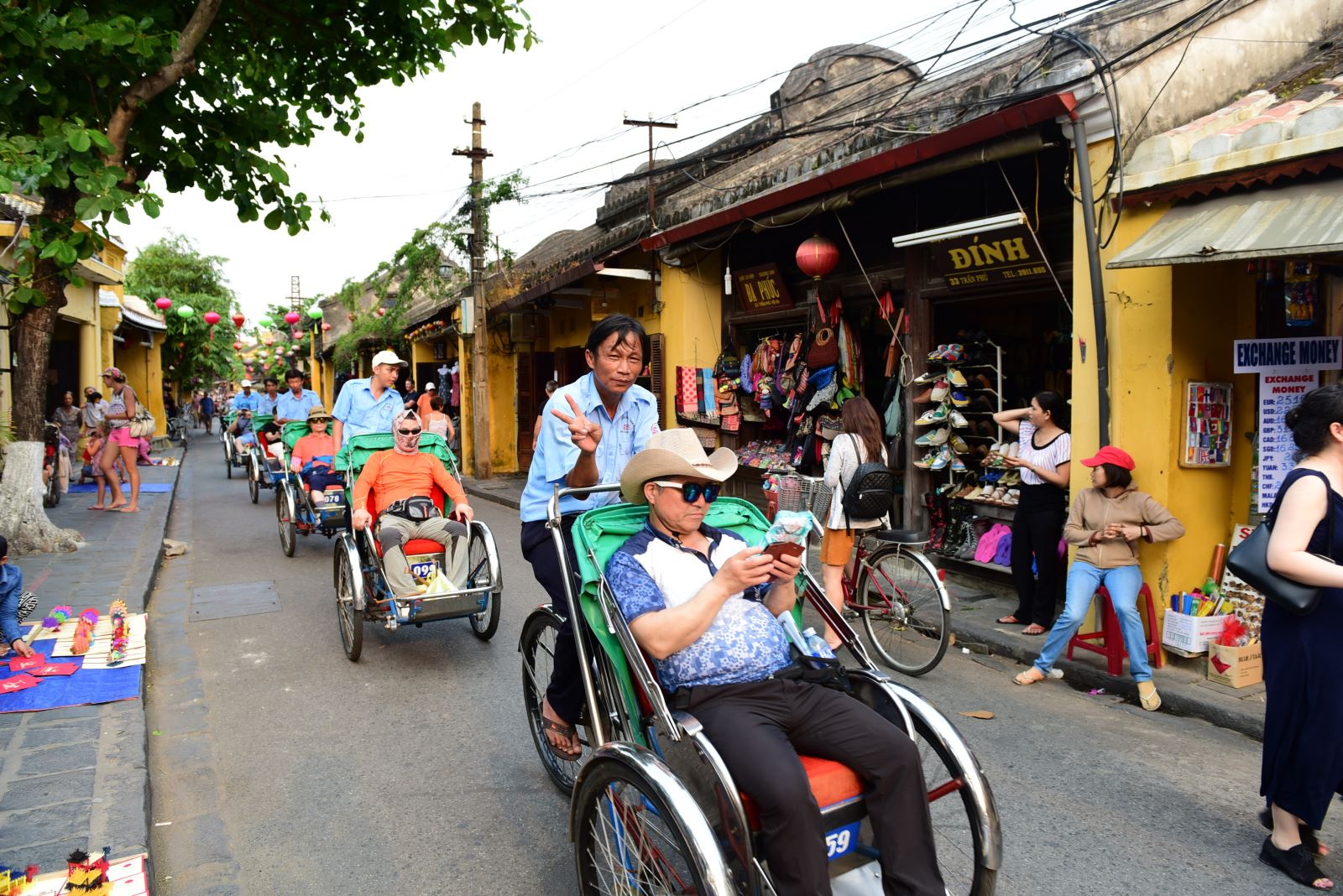 Tourists on cycles in Hoi An ancient town. Photo: baotintuc