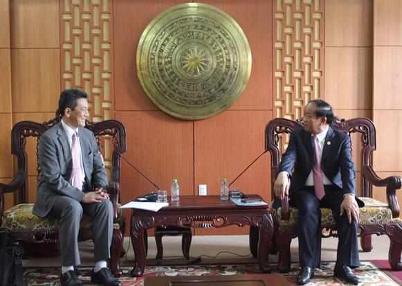 Japanese Deputy Ambassador Asazuma and Quang Nam provincial Chairman Dinh Van Thu.