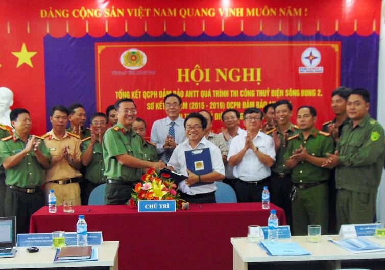 Đại diện Công an tỉnh và Công ty thủy điện Sông Bung ký kết quy chế phối hợp. Ảnh: N.T