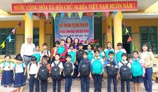 ảnh: Học bổng ATG trao 70 suất quà cho học sinh vượt khó ở xã Điện Thọ. (ảnh: N.Trang)