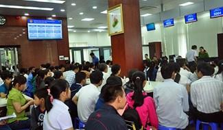 Các tổ chức, công dân đến giải quyết TTHC tại Trung tâm Hành chính công tỉnh. Ảnh: N.Đ
