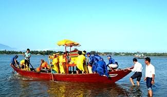 Ngư dân làng Sâm Riêng bố trí kiệu ra cửa biển An Hòa rước thần Nam Hải về cúng bái tại lăng Ông. Ảnh: QUANG VIỆT