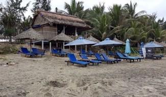 Nhà hàng của bà Bột xây dựng trái phép trên bờ biển Tân Thành. Ảnh: VĨNH LỘC