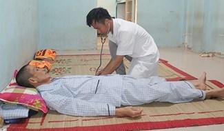 Nhân viên y tế Cơ sở cai nghiện ma túy tỉnh thực hiện cắt cơn, giải độc cho học viên. Ảnh: P.N