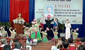 Nâng cao nhận thức về chính trị cho đội ngũ cán bộ, đảng viên thông qua hình thức sân khấu hóa. Ảnh: T.L