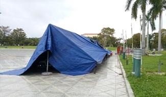 Lều bạt dựng lên ngay tại Quảng trường 24.3 (ảnh chụp chiều 4.11). Ảnh: H.A