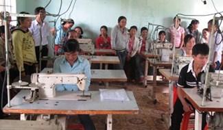 Học viên học nghề may công nghiệp ở Tiên Phước đều có giải quyết việc làm tại doanh nghiệp hoặc tự may ở nhà.Ảnh: H.L