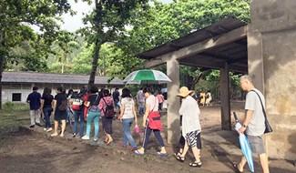 Dòng người im lặng rời khu trại Phú Bình ở Côn Đảo... ảnh: H.X.H