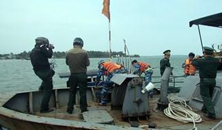 Cán bộ, chiến sĩ Hải đội 2 Biên phòng Quảng Nam cứu hộ ngư dân. Ảnh: VĂN PHIN