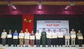 """Trao Kỷ niệm chương """"Vì chủ quyền, an ninh biên giới Tổ quốc"""" cho 15 cá nhân huyện Tây Giang. Ảnh: HIỀN THÚY"""