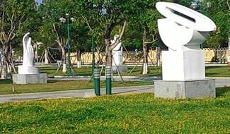 Một tác phẩm điêu khắc đặt tại vườn tượng Quảng trường 24.3. Ảnh: HÒA NAM