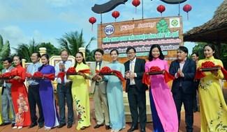 Phó Chủ tịch UBND tỉnh Trần Văn Tân đón những vị khách du lịch đầu tiên xông đất Hội An