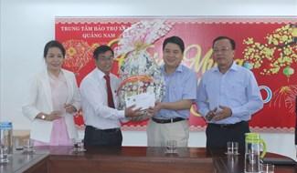 Phó Chủ tịch UBND tỉnh Trần Văn Tân tặng quà tết cho trẻ khuyết tật. Ảnh: D.L
