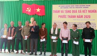 Sở TT&TT trao tặng quà cho cán bộ và nhân dân xã Phước Thành. Ảnh: H.L
