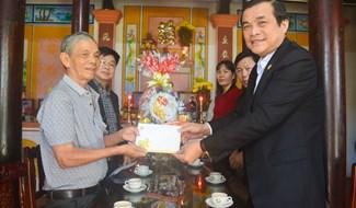 Đồng chí Phan Việt Cường viếng hương tại nhà Mẹ VNAH Nguyễn Thị Thứ. Ảnh: Q.T