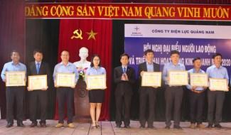 PC Quảng Nam khen thưởng các đơn vị, cá nhân có thành tích xuất sắc năm 2019. Ảnh: HOÀNG LIÊN