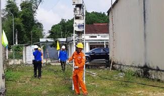 Sửa chữa, củng cố lưới điện đảm bảo cung cấp điện cho Tết Nguyên đán 2020 khu vực cầu Giao Thủy, Đại Lộc. Ảnh: HOÀNG LIÊN
