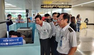 Cơ quan chức năng kiểm tra công tác phòng chống bệnh do virus corona tại sân bay Tân Sơn Nhất vào sáng 23-1 - Ảnh: VĂN BÌNH