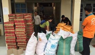 Hội từ thiện và nhà hảo tâm chuẩn bị trao quà đến với người dân.