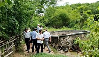 Đoàn công tác của tỉnh khảo sát khu vực suối nước nóng Tây Viên. Ảnh: HOÀNG LIÊN