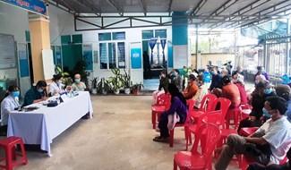 Khám chữa bệnh cho người có công tại Đại Thắng, Đại Lộc. Ảnh: N.DUY