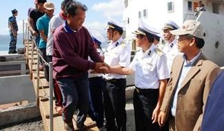 Cán bộ, chiến sĩ Vùng 4 Hải quân đóng các ngư dân lên bờ