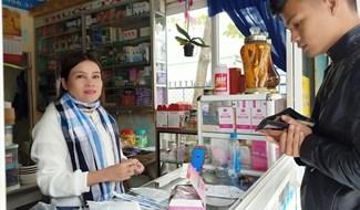 Phát khẩu trang miễn phí cho người dân tại một tuyến đường trung tâm Đại Lộc. Ảnh: CTV