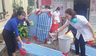 Thanh niên Đoàn xã Duy Phú phối hợp cùng Hội LHPN xã trực tiếp phát tờ rơi và 250 cục xà phòng nhằm giúp mọi người giữ vệ sinh cá nhân.