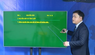 Thầy giáo Diệp Tình - bộ môn Toán Trường THPT chuyên Nguyễn Bỉnh Khiêm tại phòng ghi hình của Đài PT-TH Quảng Nam.