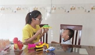chị Đặng Thị Hồng Anh đề ra từng bài học để dạy con tập nói và nhận biết. (ảnh: N.Trang)
