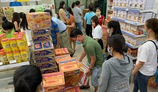 Trong ngày 7.3, người dân nhiều nơi trong tỉnh đã lo lắng đổ xô đi mua hàng nhu yếu phẩm về dự trữ. Đây là sự lo lắng thái quá trước các thông tin dịch bệnh Covid-19, làm ảnh hưởng tình hình chung. Ảnh: PHAN VINH