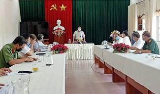 Phó Chủ tịch UBND tỉnh Trần Văn Tân khảo sát tại khu cách ly tập trung số 1 của Đại Lộc. Ảnh: BÍCH LIÊN