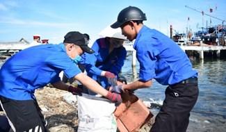 Đoàn viên thanh niên 2 xã Duy Hải và Duy Nghĩa tham gia làm sạch biển. Ảnh: THÁI CƯỜNG