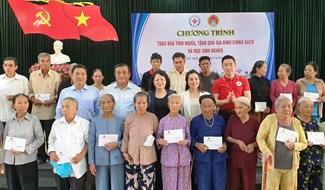Phó Chủ tịch nước Đặng Thị Ngọc Thịnh trao tặng xe đạp cho học sinh khó khăn Đại Lộc. Ảnh: BÍCH LIÊN