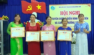 Trưng bày sản phẩm an toàn của Phụ nữ huyện Nông Sơn. Ảnh: THU PHƯƠNG
