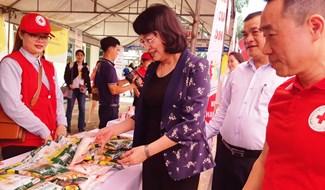 """Phó Chủ tịch nước Đặng Thị Ngọc Thịnh tham quan """"Chợ Nhân đạo"""" tại Đại Lộc, ngày 1.6. Ảnh: BÍCH LIÊN"""