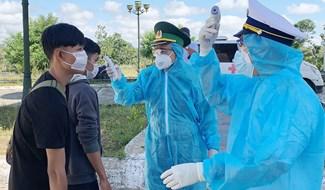 Kiểm tra thân nhiệt sinh viên Lào trước khi nhập cảnh. Ảnh: HỒNG ANH