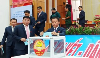 Đoàn Chủ tịch bỏ phiếu bầu cử tại Đại hội. Ảnh: HOÀNG LIÊN