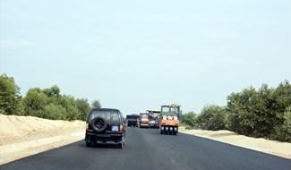 Đơn vị thi công tập trung đẩy nhanh tiến độ tuyến đường 129 ven biển. Ảnh: Đ.K