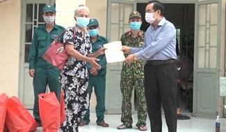Trao quyết định hoàn thành cách ly đợt 1 tại Khu cách ly tập trung số 2, huyện Đại Lộc. Ảnh: TRIÊU NHAN