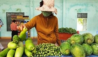 """Phiên chợ """"0 đồng"""" tại xã Đại Tân ngày 18.8. Ảnh: H.L"""