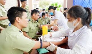 Đoàn viên công đoàn cơ sở  Cục Quản lý thị trường Quảng Nam làm xét nghiệm trước khi hiến máu (đợt 1 năm 2020 do Công đoàn Viên chức tỉnh phát động). Ảnh: CĐVC
