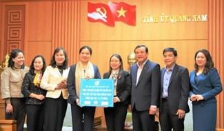 Chủ tịch Hội LHPN Việt Nam - Hà Thị Nga trao biển tượng trưng 1,4 tỷ đồng cho Hội LHPN tỉnh Quảng Nam. Ảnh: H.LIÊN